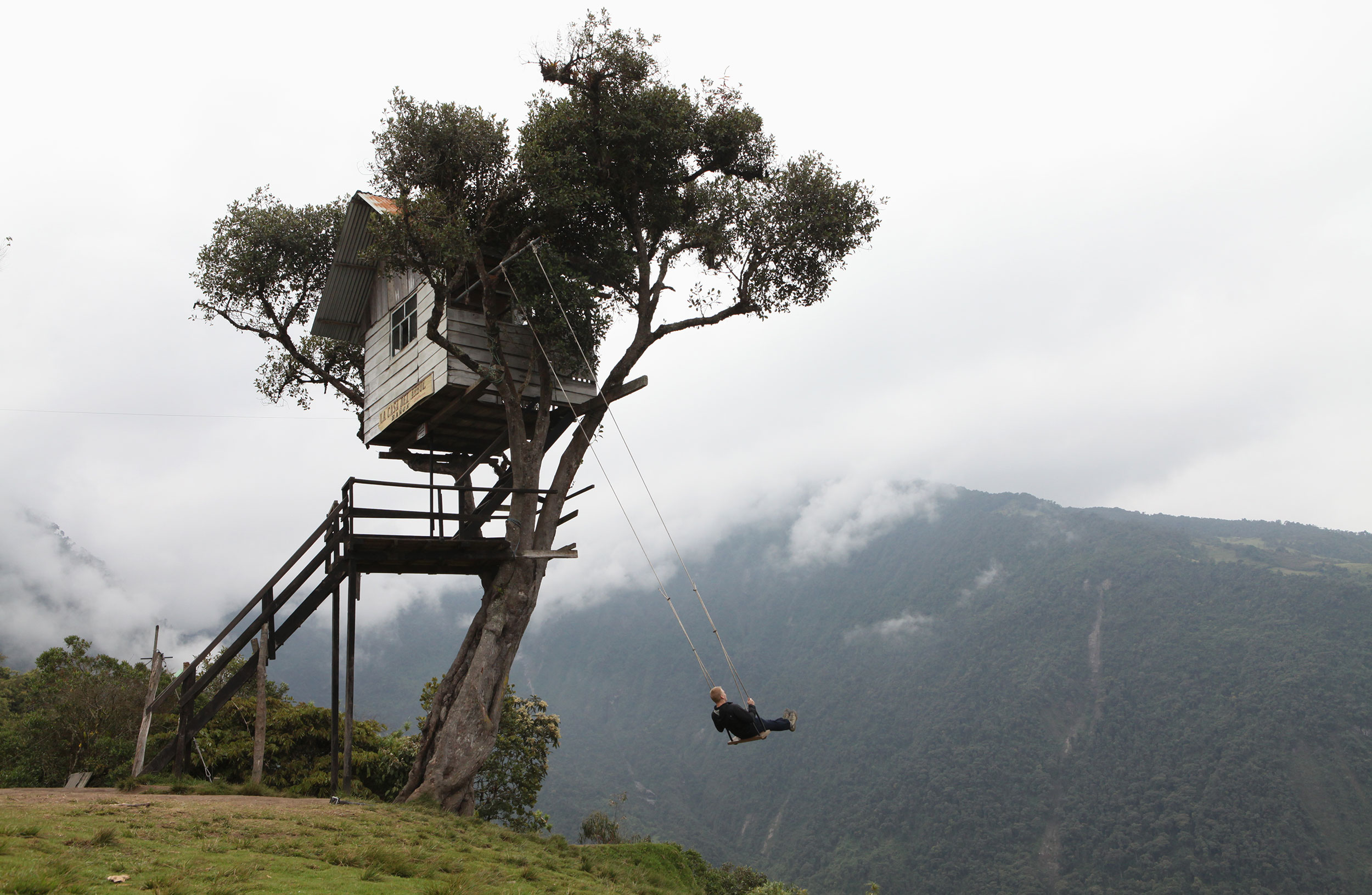 The swing at the edge of the world for Casa del arbol cuenca